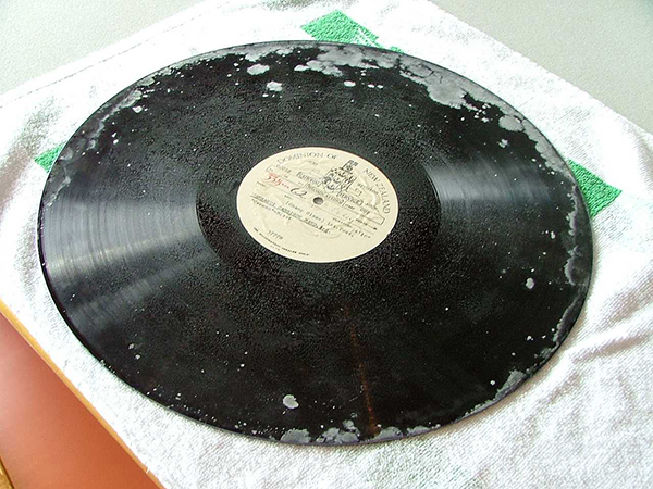 A mouldy disc in need of preservation. Lacquer discs are an unstable medium. Image courtesy of SANTK.